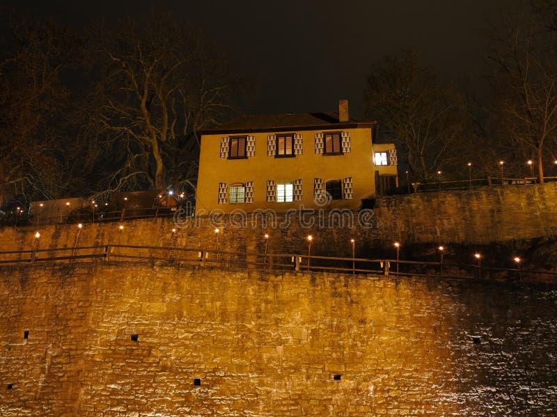 Chambre sur le mur de château par nuit images stock