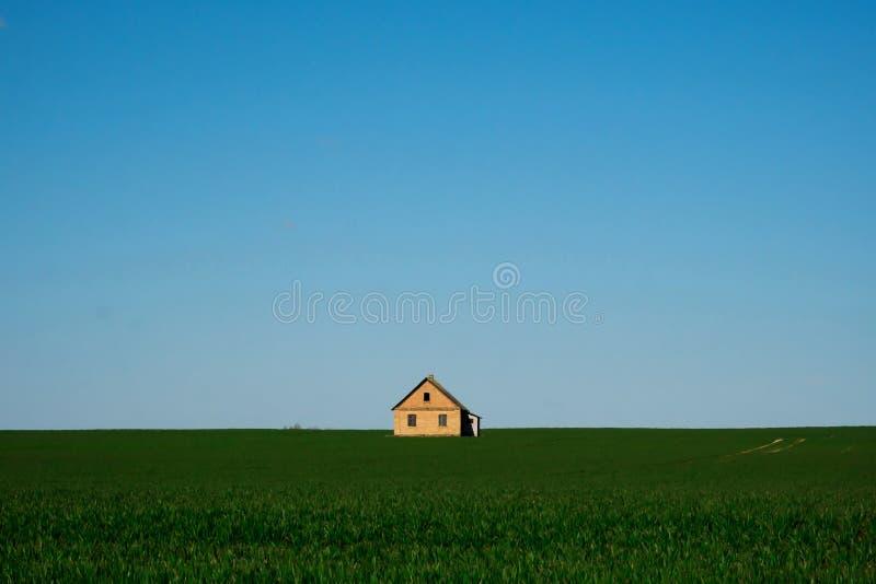 Chambre sur un champ vert et un ciel bleu photos libres de droits