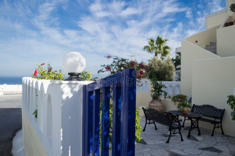 Chambre typique avec le patio, Santorini, Cyclades, Grèce image stock