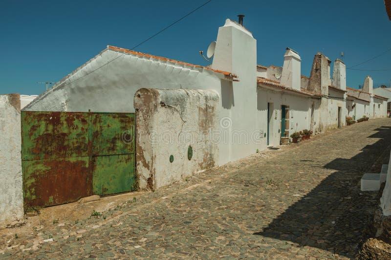 Chambres avec la porte de garage de fer sur la rue d'Evoramonte photographie stock
