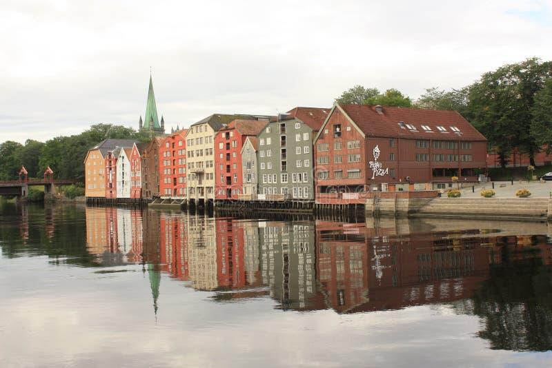 Chambres colorées et traditionnelles de Trondheim dans la vieille ville photographie stock libre de droits