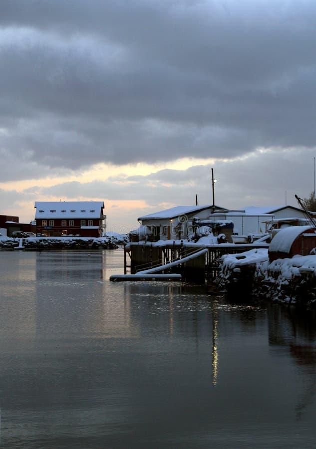 Chambres couvertes de neige sur le bord de mer du Lofoten île-Norvège photos stock