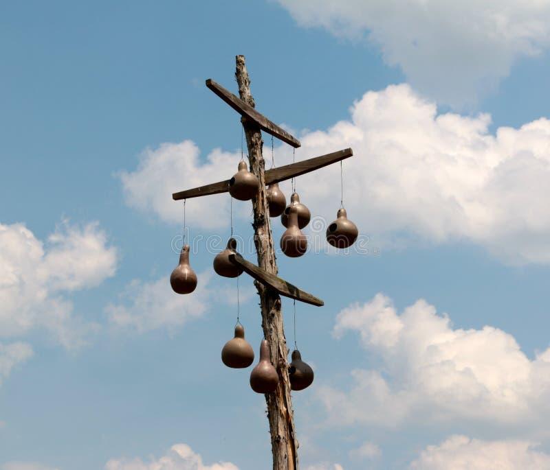 Chambres d'oiseau de style ancien sur un mât en bois photo libre de droits
