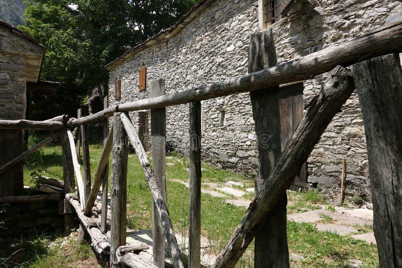 Chambres dans la pierre et les pierres de marbre blanches Campocatino, Garfagnan photo stock