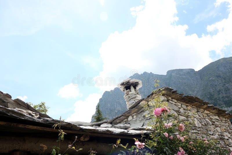 Chambres dans la pierre et les pierres de marbre blanches Garfagnana, Campocatino photographie stock