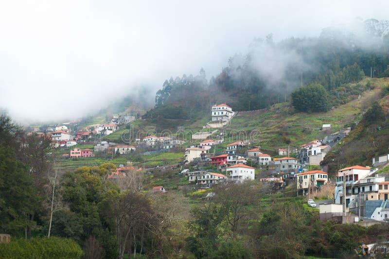 Chambres dans les montagnes au beau milieu d'une forêt et d'un brouillard épais images stock