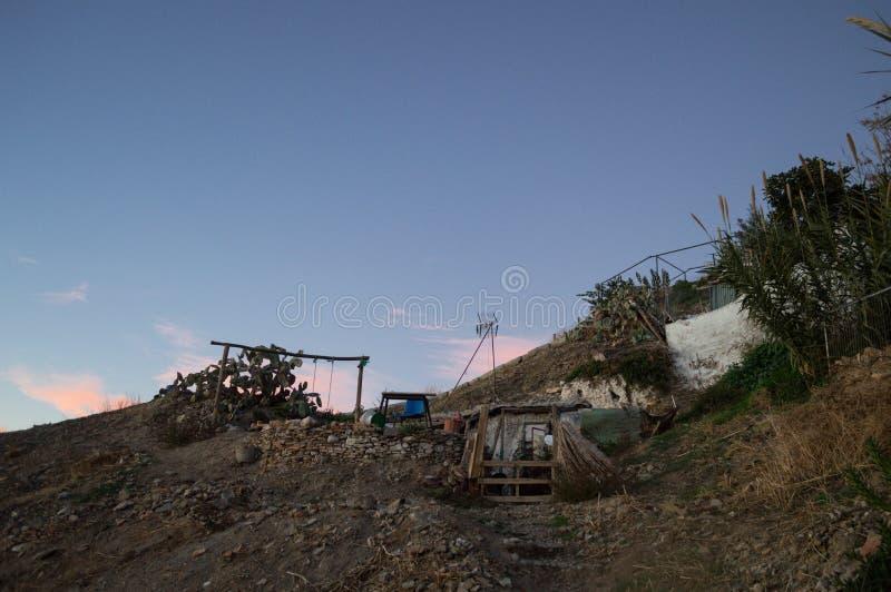 Chambres de caverne dans le voisinage de Sacromonte, Grenade, Espagne images stock