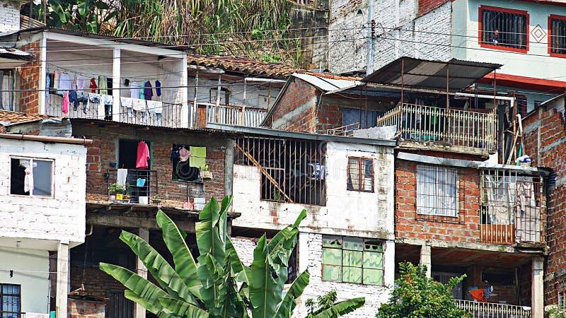 Chambres de quartier défavorisé en banlieue image stock