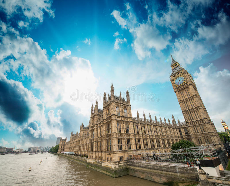 Chambres du Parlement et de la Tamise, Londres. Bel large photographie stock