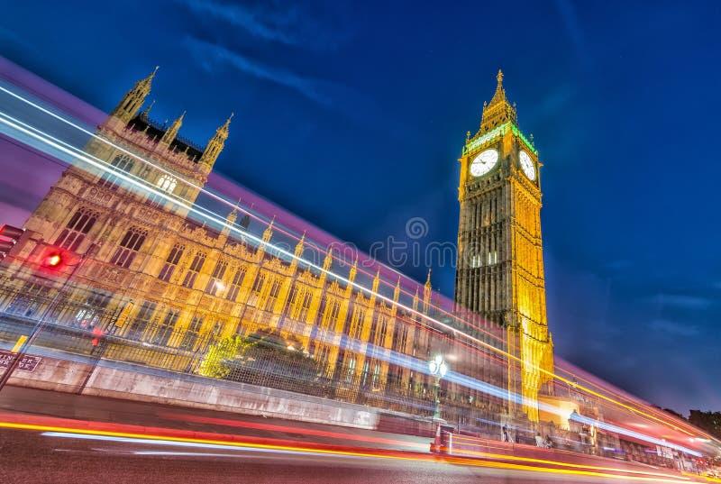Chambres du parlement la nuit, Londres images stock