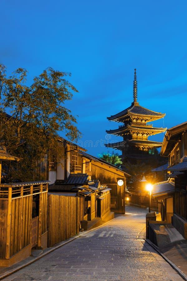 Chambres en bois de route derrière Yasaka non à la pagoda V image stock