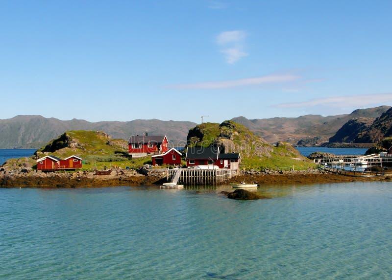Chambres en bois de style norvégien coloré d'un petit village de pêche, cap du nord, Norvège image stock