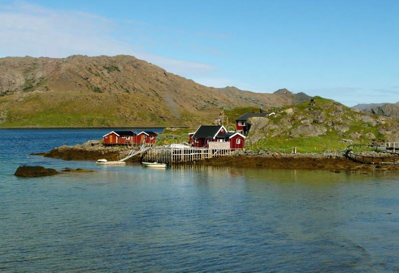 Chambres en bois norvégiennes d'un petit village de pêche au cap du nord, Norvège photographie stock