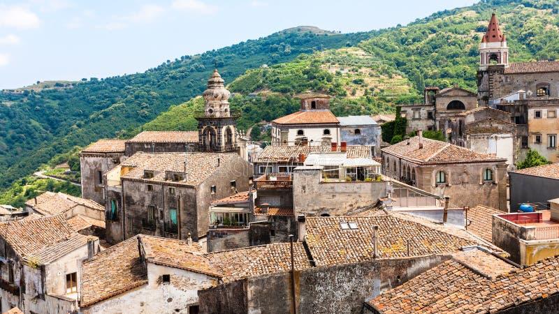 Chambres et églises en Castiglione di Sicilia image stock
