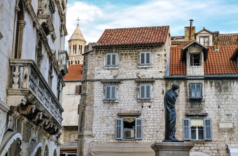 Chambres et cathédrale de saint Domnius, Dujam, Duje, ville de tour de cloche vieille, fente, Croatie image stock