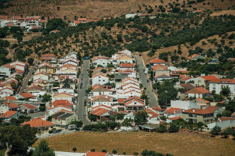 Chambres et rues dans un voisinage suburbain parmi des champs photos stock