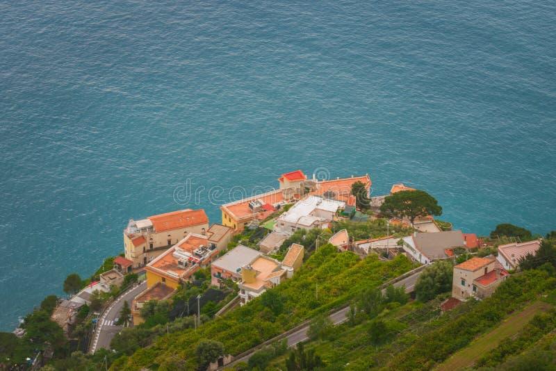 "Chambres sous la terrasse du vallon ""Infinito, villa Cimbrone, village de Ravello, côte d'infini ou de Terrazza d'Amalfi de l'Ita photographie stock"