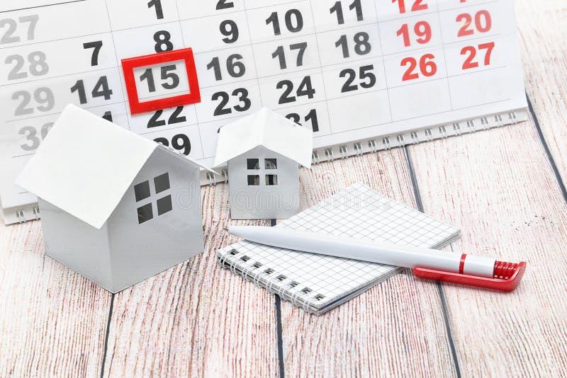Chambres, stylo, carnet et calendrier avec une marque la date photos stock