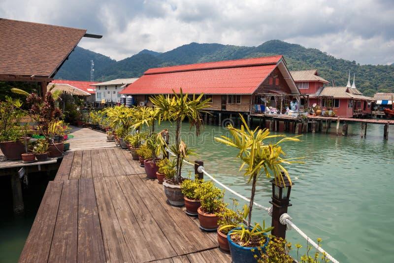 Chambres sur des échasses dans le village de pêche du coup Bao, Koh Chang, photo stock