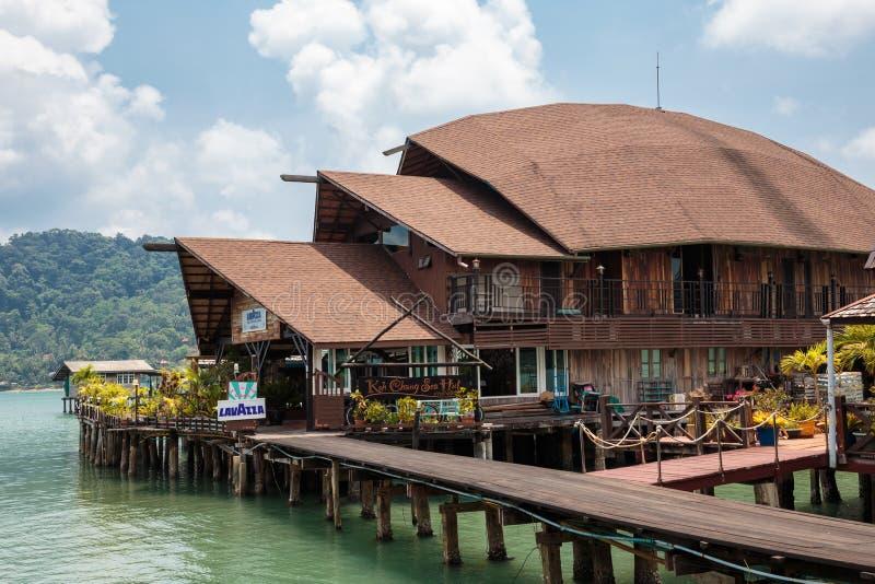 Chambres sur des échasses dans le village de pêche du coup Bao, Koh Chang, image stock