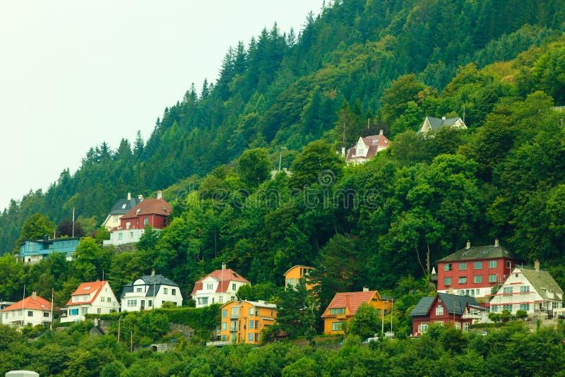Chambres sur des collines dans la ville Bergen, Norvège photo libre de droits