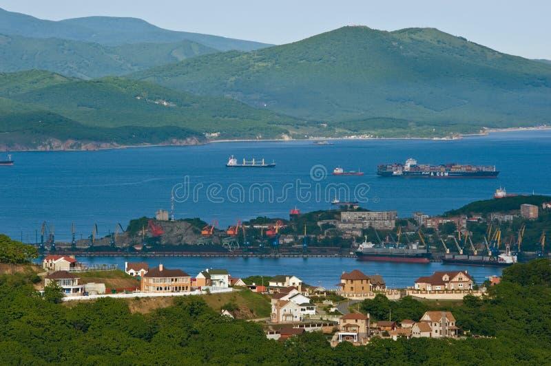 Chambres sur le fond du port de Nakhodka L'Extrême Orient de la Russie 11 06 2013 images stock