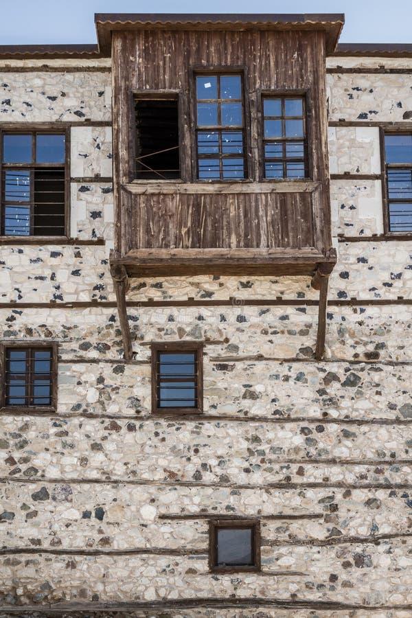 Chambres traditionnelles de tabouret avec les murs en pierre photo stock