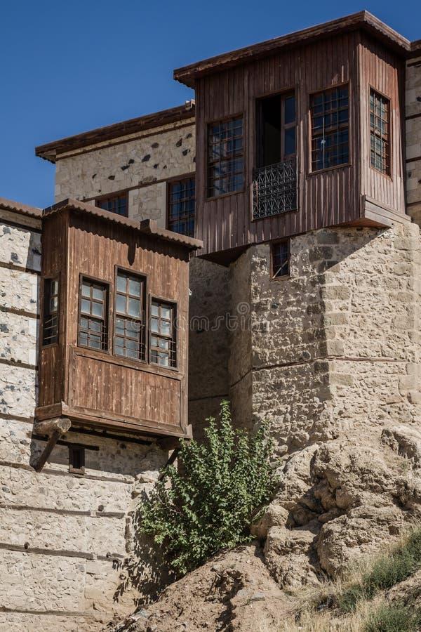 Chambres traditionnelles de tabouret avec les murs en pierre image stock