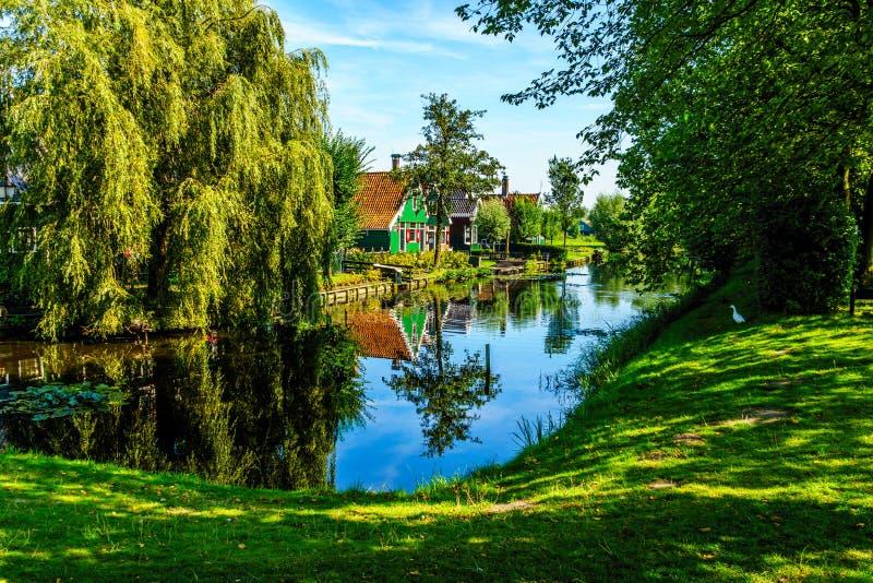 Chambres traditionnelles se reflétant dans le canal dans le village historique de Zaanse Schans image stock