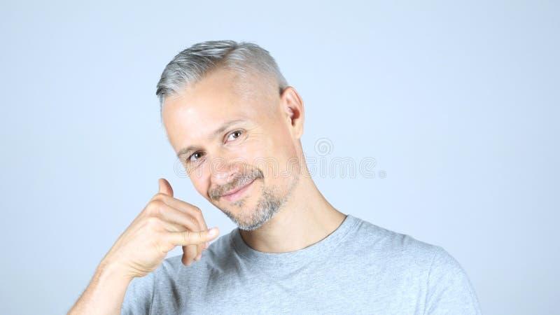 Chame-me gesto pelo homem envelhecido meio, junte-se me, linha de ajuda foto de stock royalty free