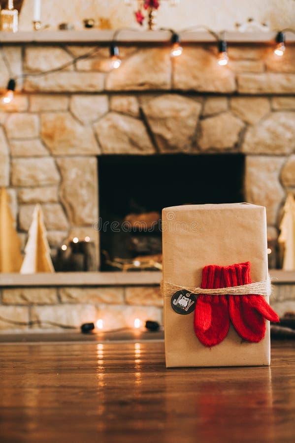 Chaminé com as decorações bonitas do Natal imagem de stock royalty free