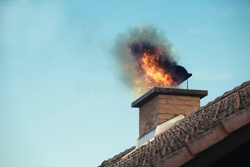 Chaminé com um fogo que sai imagens de stock royalty free
