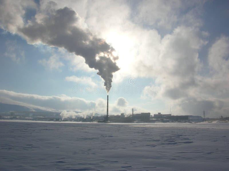 Chaminé de fumo de uma fábrica no inverno fotos de stock