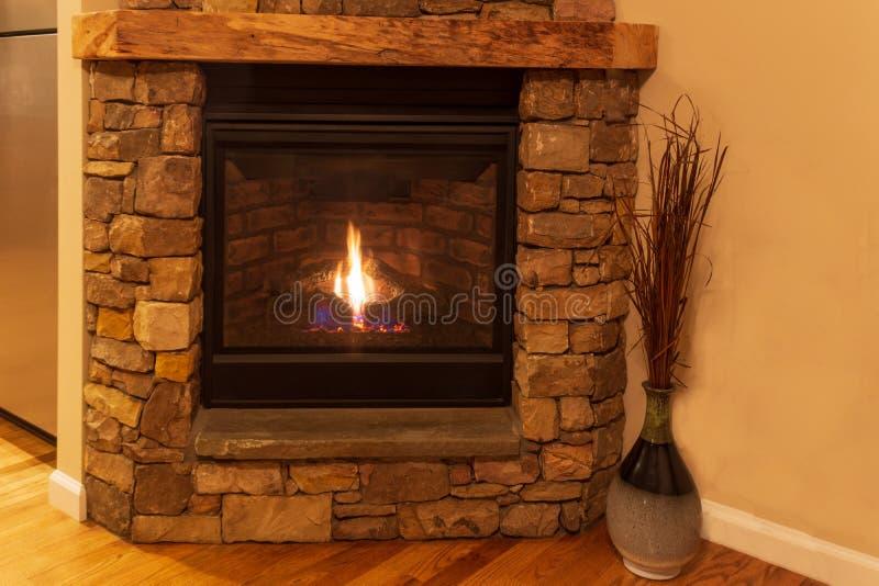 Chaminé de pedra com a chama para aquecer a sala de visitas fotos de stock