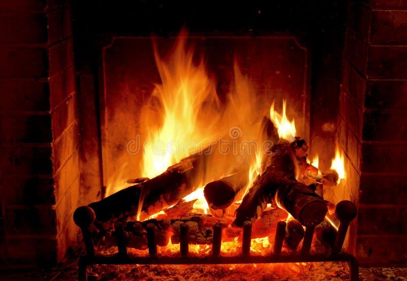 Chaminé de queimadura na casa na noite do inverno foto de stock royalty free