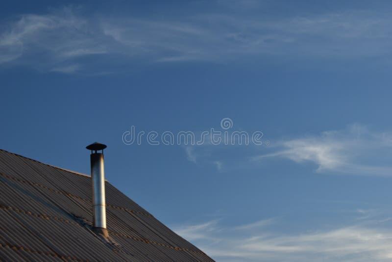 Chaminé do conduto ao telhado da casa fotos de stock royalty free