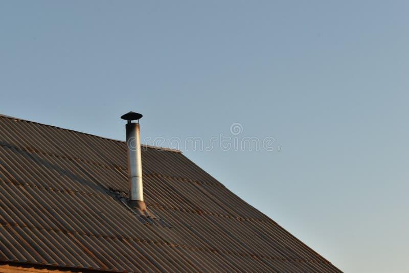 Chaminé do conduto ao telhado da casa imagens de stock royalty free