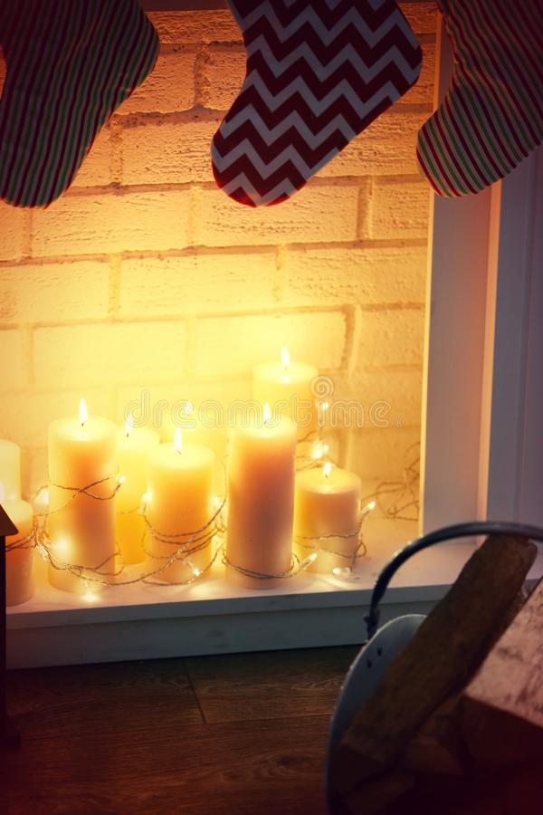 Chaminé do vintage com velas e festão, imagem de stock