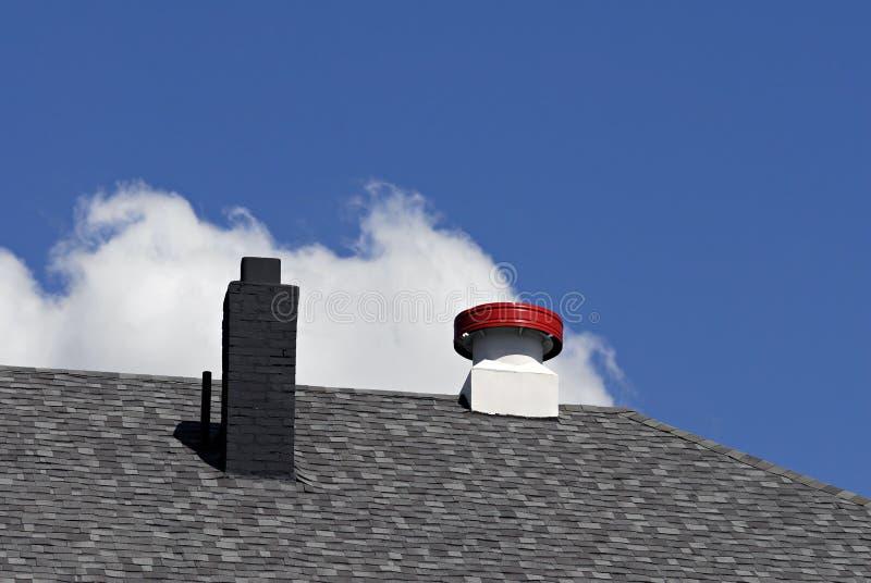 Chaminé e respiradouro do telhado fotografia de stock
