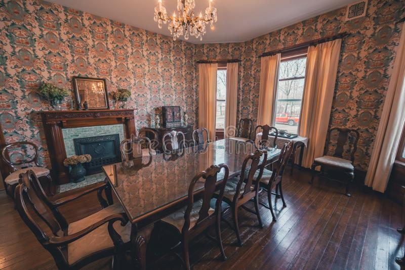 Chaminé histórica da tabela de jantar da casa fotografia de stock royalty free