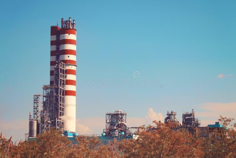 Chaminé industrial do fumo as tubulações poluem a cidade da atmosfera ambiente, recursos hídricos das emissões imagem de stock
