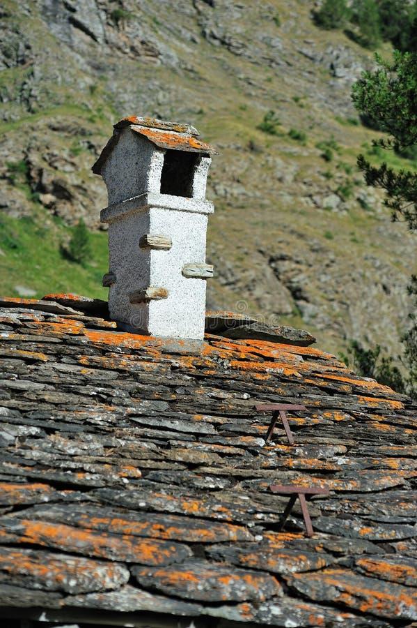 Chaminé na arquitetura tradicional da montanha foto de stock
