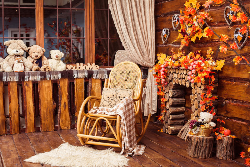 A chaminé recolheu dos logs, da balançar-cadeira e das peles no roo fotos de stock royalty free