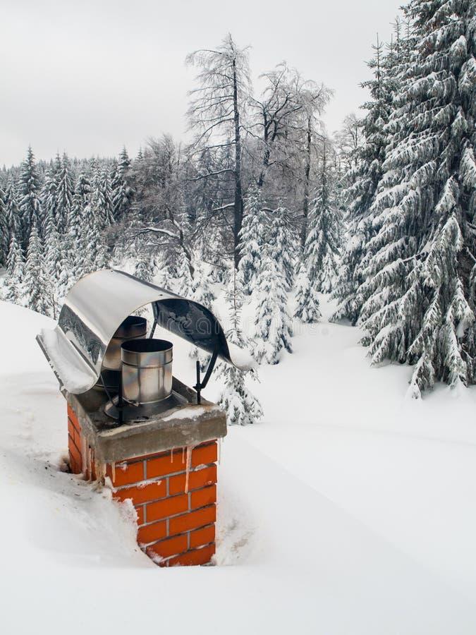 Chaminé renovada coberta com a neve no tempo de inverno imagem de stock royalty free