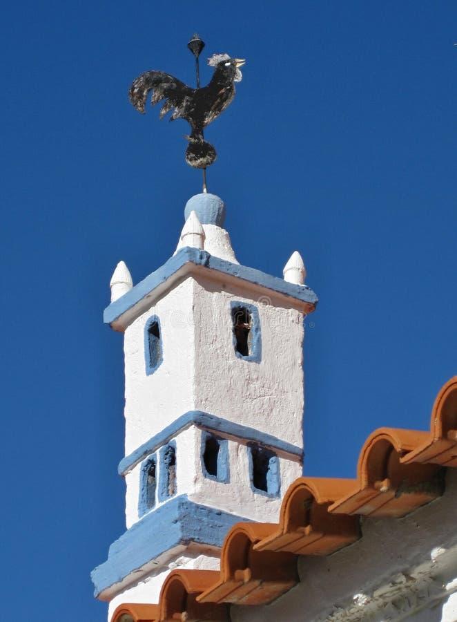 Chaminé tradicional na forma do Torre de Belém em um housetop foto de stock royalty free