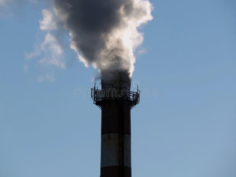 Chaminés de fumo do fumo preto da planta imagem de stock royalty free
