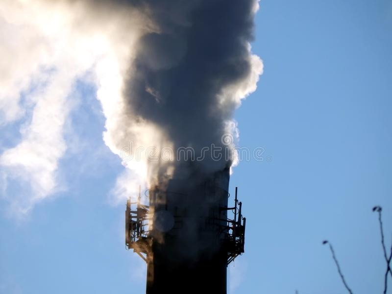Chaminés de fumo do fumo preto da planta imagem de stock