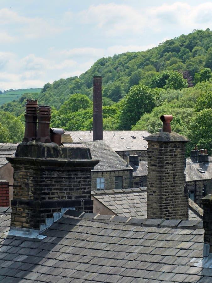 Chaminés e telhados de casas tradicionais e dos moinhos de pedra da construção típicos do oeste - cidades pequenas e vilas de yor foto de stock royalty free