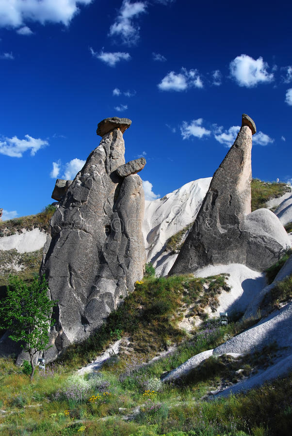 Chaminés feericamente Cappadocia (Turquia) fotografia de stock