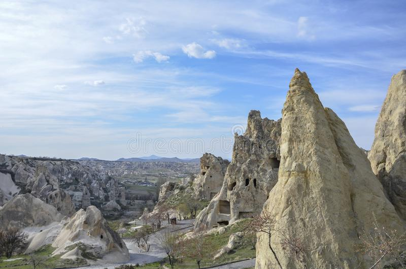 Chaminés feericamente de Cappadocia com nuvens fotografia de stock royalty free